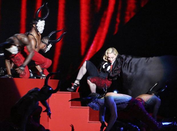 Madonna Sahneden Düştü!