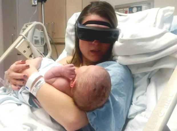 Bebeğini İlk Kez Gördü