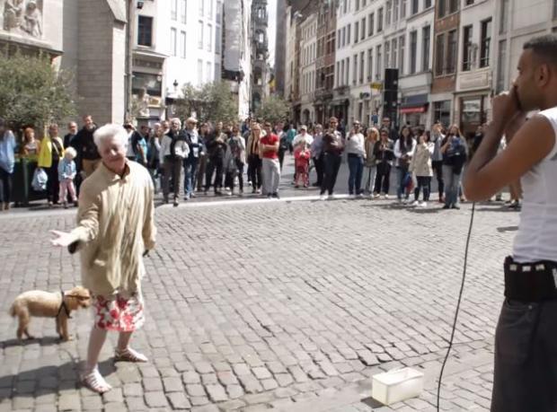 Brüksel Sokaklarında Bir Çılgın