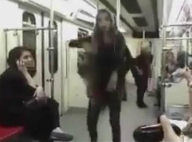Metroda dans: İran'da yasaklara meydan okuyan kadın