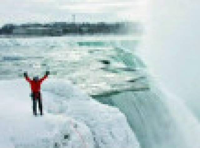 Buz tutan Niagara Şelalesi'ne tırmanan ilk dağcı