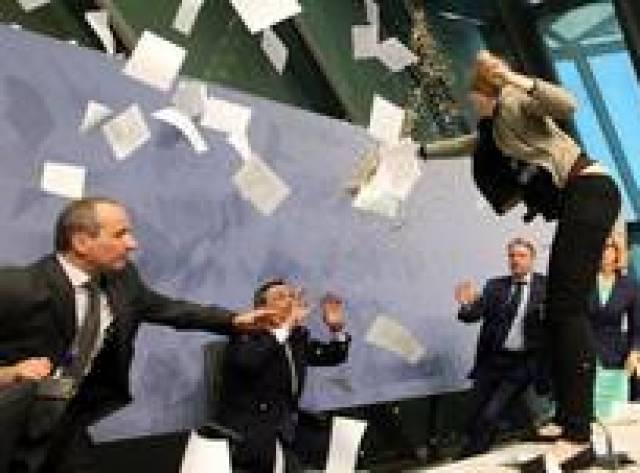 Eylemci Draghi'nin üzerine konfeti yağdırdı