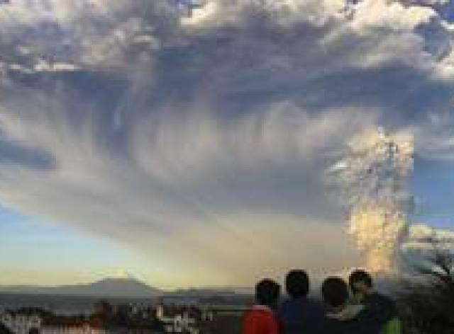 Şili'de 43 yıldır uyuyan yanardağ patladı
