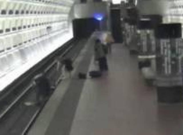 Tekerlekli sandalyeyle metro raylarına düştü