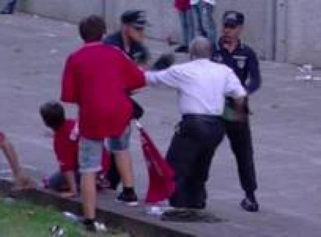 Taraftara çocuklarının gözü önünde polis dayağı