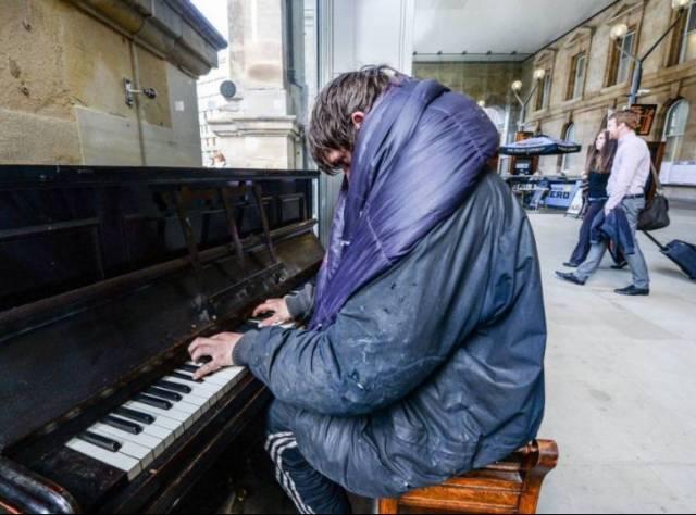 Evsiz Piyanistin Muhteşem Performansı