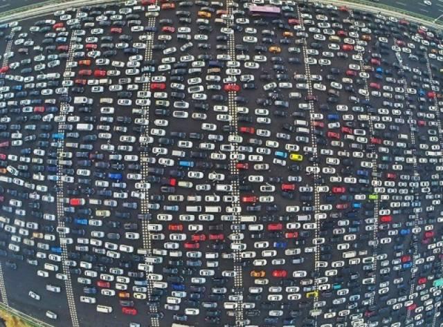 50 Şeritlik Yolda Çılgın Trafik!