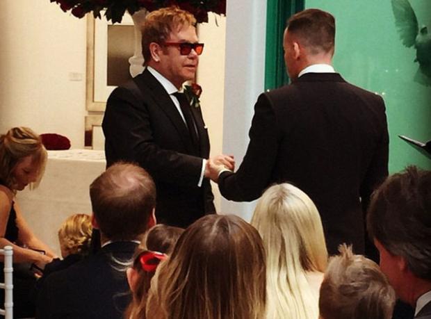 Sör Elton John Evlendi!