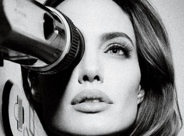 Jolie Yönetmen Koltuğunda