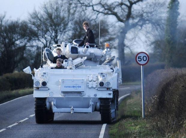 Çocuklarını Tankla Okula Bırakıyor!