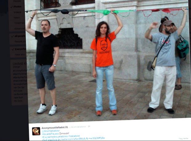 """İspanyol belediye başkanına """"sütyenli protesto"""""""