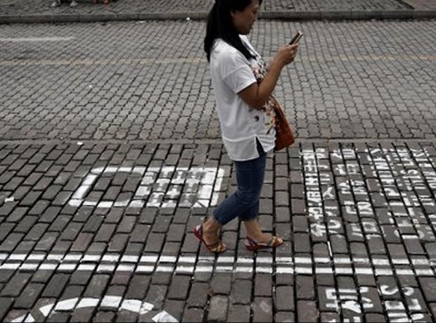 Cep telefonu kullanıcılarına kaldırımda özel şerit