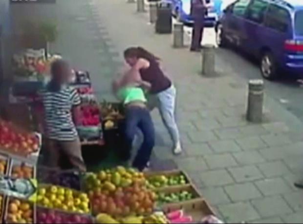İki kadın park tartışmasında birbirine girdi