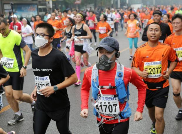 Pekin'de hava kirliliği maratonculara maske taktırdı