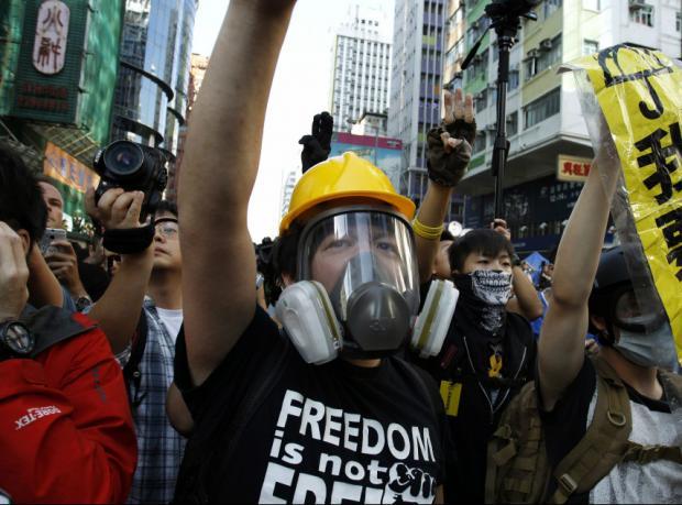 Hong Kong'da göstericiyi döven polislere gözaltı